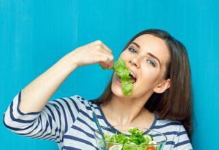 Młoda kobieta promująca zdrowe jedzenie