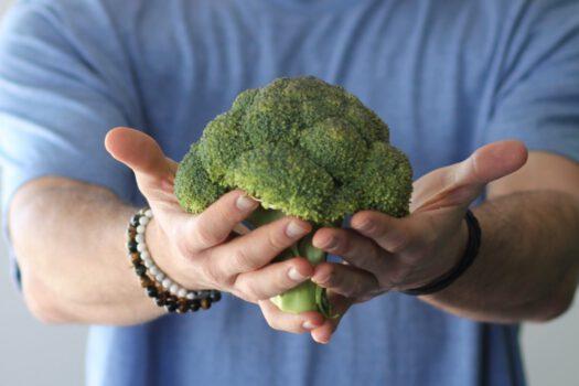 Dłonie trzymające brokuł.
